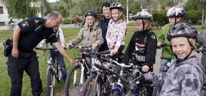 Skolan fick besök av poliserna Anders Sigurdsson och Frida Halldén.– Ni måste ha hjälm på er. Ända till ni blir 16. Och era cyklar måste ha broms, reflex och ringklocka. Och så lyse om det är mörkt förstås, var deras budskap.