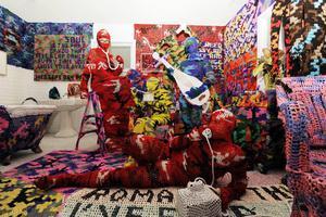 Agata Oleksiak (Olek), från Polen, boende i New York, deltar med ett monumentalt virkat verk.