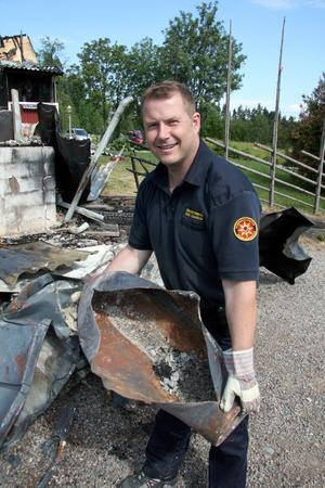 Exploderad gasflaska. Brandförman Kent Jonasson med den gasflaska som exploderade vid garagebranden i Flatenberg, utanför Smedjebacken.