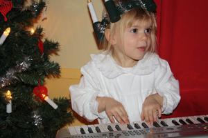 Alicia Ljung, 3 år, spelar på frökens piano. Läsarbild: Camilla Ljung