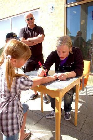 Många fans ville ha en autograf av popstjärnan Ola Svensson.