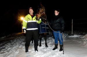 Kenneth Häggström och Eva Källöv med tvååriga stoet Super Ariel hemma på gården i Norrmesunda. Bilden är från 2011. Nu är Super Ariel död.                                                                        Bild: Jennie Sundberg