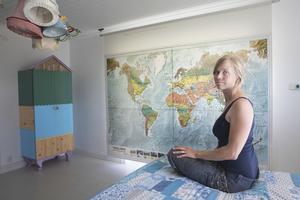 I sovrummet finns gott om ljusinsläpp, till rullgardin används en världskarta.