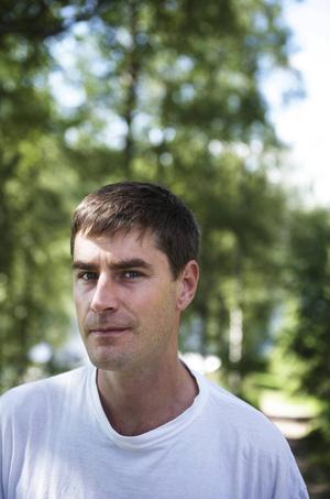 Konstnären Mattias Norström, 45 år, är uppvuxen i Gagnef där han sedan 15 år arrangerar musik- och konstfestivalen Skankaloss.