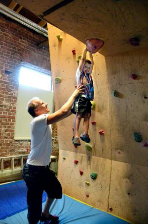 Hjälpande händer. För 20 år sedan var Stefan Adbring aktiv klättare. Kanske fattade också sonen Felix för sporten efter besöket i Aktivitetshuset?