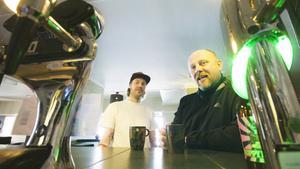 """Peter Räikkönen och Jonas Fredsvik driver tillsammans med Rich Hearne Götis hotell och kök. """"Det här med sushin är en kul grej att göra då och då"""", säger Jonas Fredsvik (till höger i bild)."""
