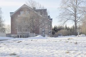 Här på två tomter vid det gamla Svanbyhemmet ska asylboendet byggas. Något som väcker frågor och klagomål hos en del grannar.