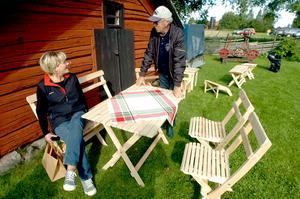 Katarina Nilsson passade på att vila benen i den skönaste möbeln som bygdegården kunde tillhandahålla. För två år sedan köpte hon en lika dan av Göthe Johansson, som hon målat vit fick Göthe veta.