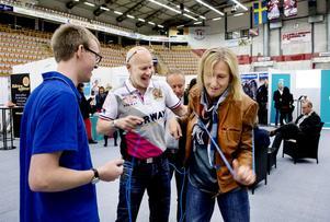 Här gäller det att samarbeta och kommunicera. Viktor Söderberg, Jan-Olof Hammarström, Tord Svensson och Helena Björling löste Kommunikationsexperternas uppgift.