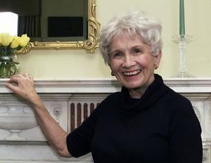 Alice Munro är en högaktuell bondläpp, hon tog emot Nobelpriset i litteratur i veckan. Men att den hyllade författaren valt att bo på landsbygden tycks vara svårt att ta in.