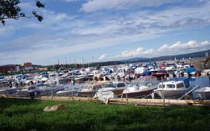 Steg för steg utvecklas småbåtshamnen. Nu har Ludvika motorbåtsklubb fått 28-års förlängt arrendekontrakt och positivt från länsstyrelse och kommun om ett andra pirbygge som skulle skapa en hamnbassäng och nya bryggor =nya båtplatser.FOTO BOO ERICSON
