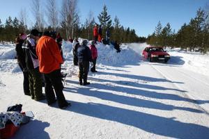 Flera hundra personer passade på att se rallytävlingen Härjedalsbrickan på publiksträckan i Byvallen där det gick riktigt fort. Foto: Håkan Degselius