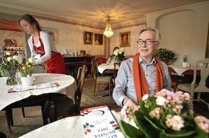 """Vida känt. Fritidspedagogen Bosse Adolfsson bytte skolan mot kaféet. Vanan att prata och ta hand om folk har han haft nytta av. Caféet blev som ett fritids för vuxna och ett vida känt utflyktsmål. """"Jag vet att folk åkt omvägar för våra bakverks skull"""", säger Bosse som lovar fortsätta hålla kolla på """"sitt"""" Tutingen .Foto: Jan Wijk"""