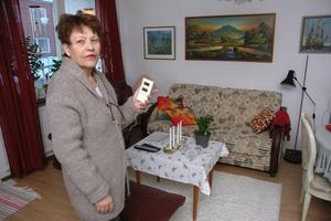 KALLT. Ulla Wahlin med termometern som på mornarna visar högst 17 grader och som minst bara 14 grader i lägenheten på Blomstervägen i Örbyhus.