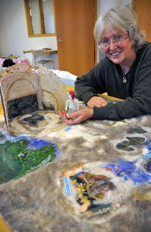 Anna Granberg visar upp ett bordsspel som symboliserar livet.