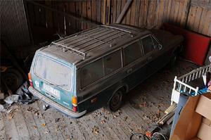 Inte ens ett tjockt lager damm kan dölja de speciella lister som Yngve Nilssons karosserifabrik tillverkade för Sture Levins 165. Överallt hittar man speciallösningar, på förarsidan satte Sture dit en inifrån justerbar backspegel från en BMW.