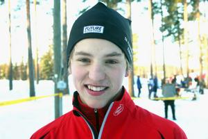 Anders Wiklund tog hem en ohotad seger i H 16. Han bor i Iggesund men tävlar för Bjuråker GIF. Tränar metodiskt två gånger i veckan i Friggesund eller Delsbo. Siktar på skidgymnasiet i Sveg till hösten