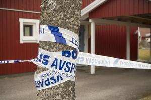 Avspärrningen vid bostaden där en 18-årig man slog ihjäl sin mormor.