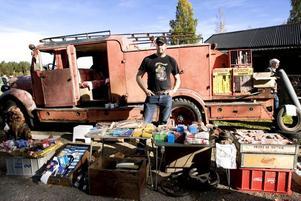 TÄNDKNALLE. Gävlebon Anders Uppgren, själv ägare till den 64 år gamla brandbilen i bakgrunden, sålde tändstift och och brytarspetsar på motormarknaden för veteranbilsägare.