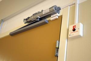 Dörrstängare som slår igen dörren automatiskt om en brand uppstår, monteras nu in på alla lägenheter.