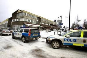 Swedbank i Ockelbo. Tre beväpnade och maskerade män rånar Swedbank i Ockelbo.