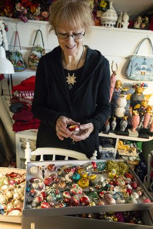 Karin Ferner med sin samling julkulor.