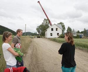 En augustimorgon 2008 kommer lyftkranarna till byn och det är dags att göra lyftet.