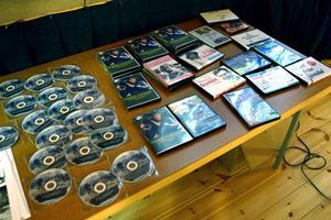 En del av Jonas Simas och Erik Erikssons omfattande produktioner såldes på plats i Revylokalen.