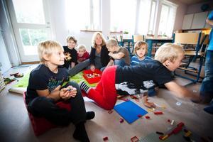 Fritidspedagog Anna-Karin Brandel har många barn att hålla reda på under en vanlig arbetsdag. Douglas Stark och Elias Kilström, närmast kameran, är båda nöjda med fritids.– Det är bra. Vi brukar bygga lego, säger de.