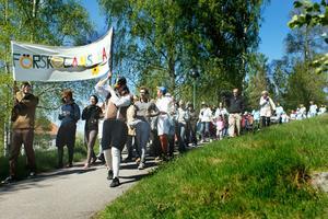 Ungefär 200 barn tågade från Onbacken till stadshuset.