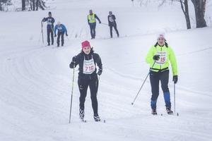 Karin Trolin, Forsa, och Linnea Grahn, Brunflo, sida vid sida på upploppet.