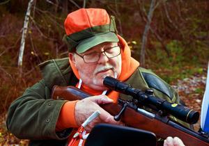 Ingemar Öman, beredd att skjuta om han får syn på en älg.