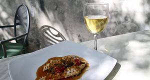 Fisk med kapris och svalt vitt vin - typisk middag på Sicilien.