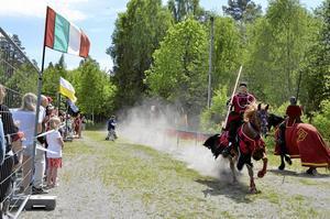Galopp. Det var många besökare av Finnerödjafesten som stannade till och tittade på tornerspelet. Roger