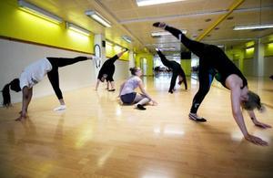 """Numret """"Utsatthet"""" är våldsamt och berörande. Dansarna jobbar mycket med olika tempon för att skildra vanmakt och förtryck."""