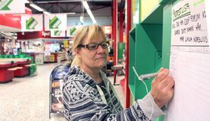 Annika Svensson, Årby, skriver på namnlistan för att visa att hon vill ha kvar Coop Forum i Borlänge.