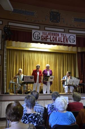 Glada damer. Kvartetten Gott & Blandat roade publiken med varierad musikunderhållning.