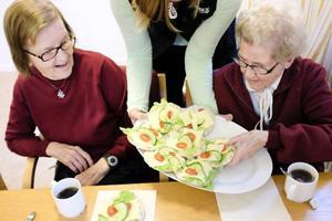 – Åh en sådan fin smörgås, utbrister Elvie Paulsson tacksamt och hon får medhåll av Ainy Natanelsson.