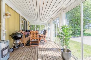 Inglasad altan vid Hällsjö gård.