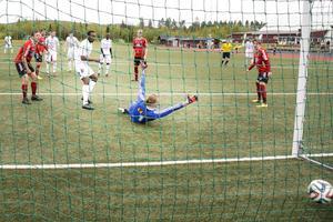 Tarik Moore-Azille sätter 1–0 till Ånge efter en hörna.