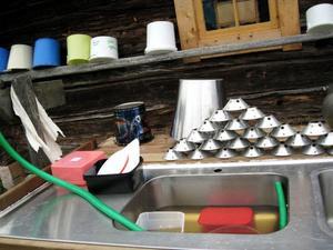 Det är mycket att diska som ska diskas för hand på gården.