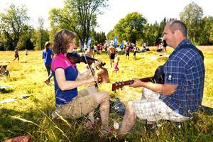 SCA-medarbetarna Ebba Okfors och Björn Eriksson bjöd på underbart vacker musik i målområdet.