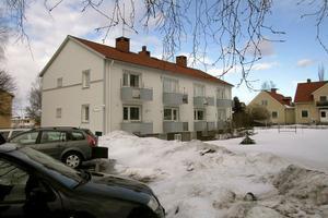 Gaia har sina lokaler i detta hyreshus i centrala Edsbyn. Huset består av lägenheter med ett rum och kök. Två ungdomar delar på en lägenhet.