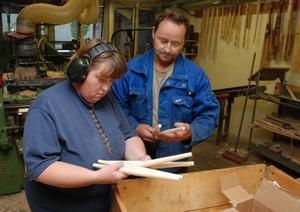 Karin Johansson och Eljan Bertilsson, Vansbro sparkfabrik, med några av de detaljer som behövs för att det ska bli en färdig spark. Foto:Sven Thomsen