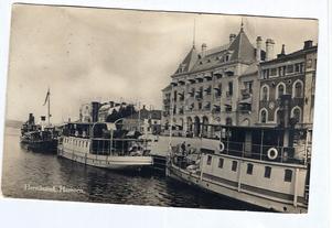 """i Härnösand. Årtiondena före och efter sekelskiftet 1900 var en guldålder för passagerarbåtarna i Ådalen och älvmynningen. Efterhand blev dock konkurrensen från olika landburna transportmedel övermäktig. Men på denna 1920-talsbild är trängseln ännu stor vid Skeppsbron med """"Hemsö"""" och """"Noraström"""" närmast.  Ur Bo G Halls samlingar."""
