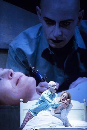 The Boy (Bernhard Landhauer) tatuerar Agnès (Elin Rombo) med sin berättelse i George Benjamins opera