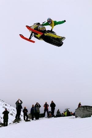 Patrik Berglund flyger högt över marken i skoterfilmen från Grönland.