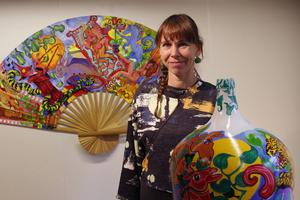 Ann-Caroline Breig har gjort sin konst tredimensionell genom att måla på noggrant utvalda föremål.