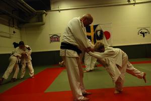 Wolfgang visar hur judo är en sport om balans och handlar om att med ganska enkla medel få sin motståndare i mattan. Foto:Seth Jansson