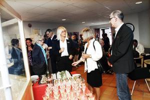 ÖpPnade. Camilla Fredriksson, paramedicinsk samordnare på den nyöppnade hälsocentralen, minglade med gästerna och visade runt         i lokalerna.